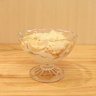 パフェ用の器に盛りつけられたきな粉・バナナ・やヨーグルト