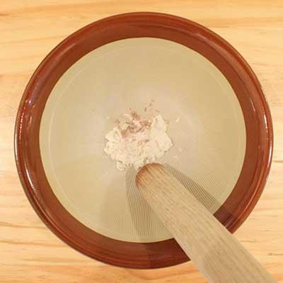すり鉢ですりつぶされる白身魚
