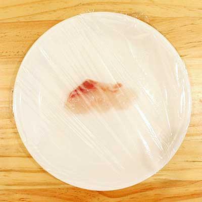 ラップをかけらえた白身魚の刺身