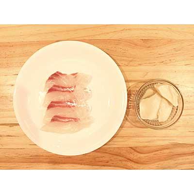 皿にのせられた真鯛の刺身と豆腐