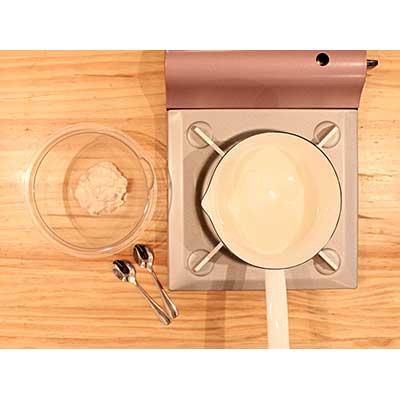 生地の入ったボウルとだし汁を温めている鍋