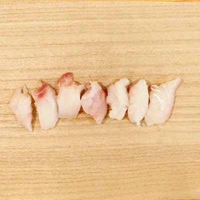 まな板の上にあるカットされた真鱈