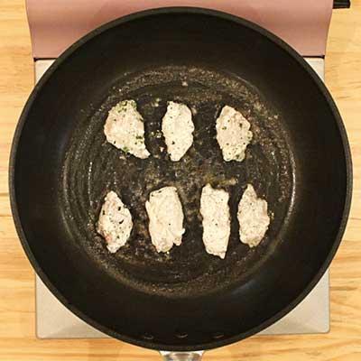 フライパン並べて焼かれる真鱈