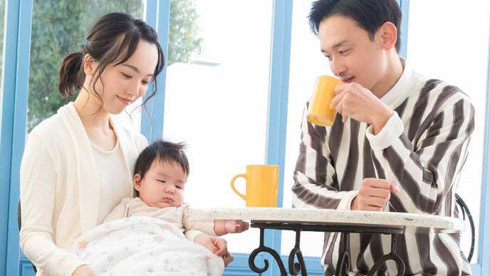赤ちゃんと外食している夫婦