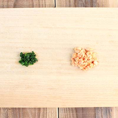 まな板の上にある刻まれた小松菜と鮭