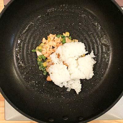 軟飯入れて炒められる鮭と野菜