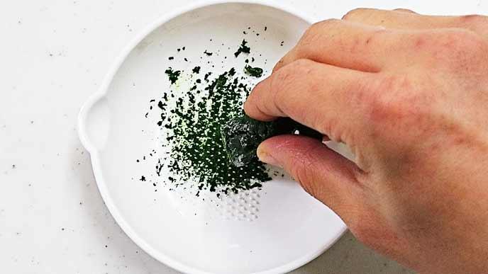 すり鉢ですりおろされる冷凍ほうれん草