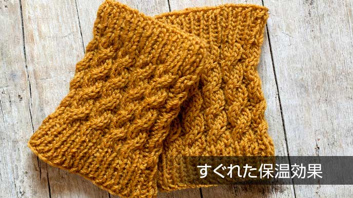 茶色の手編みのレッグウォーマー