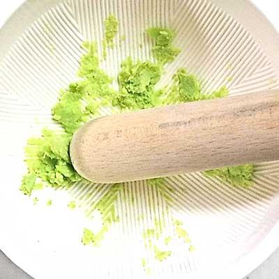 すりばちですりつぶされた枝豆