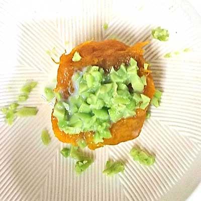ボウルの中で混ぜられたかぼちゃと枝豆