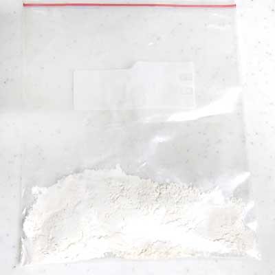 袋の中に入れられた薄力粉とベーキングパウダー