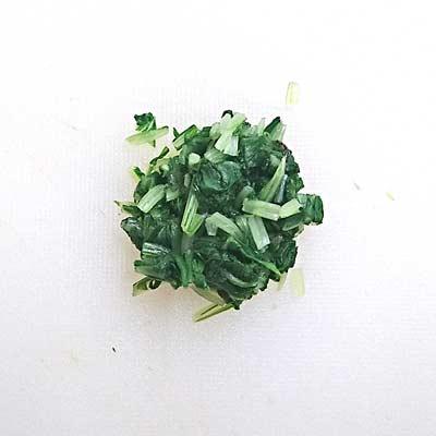 まな板のうえで小さく刻まれた水菜