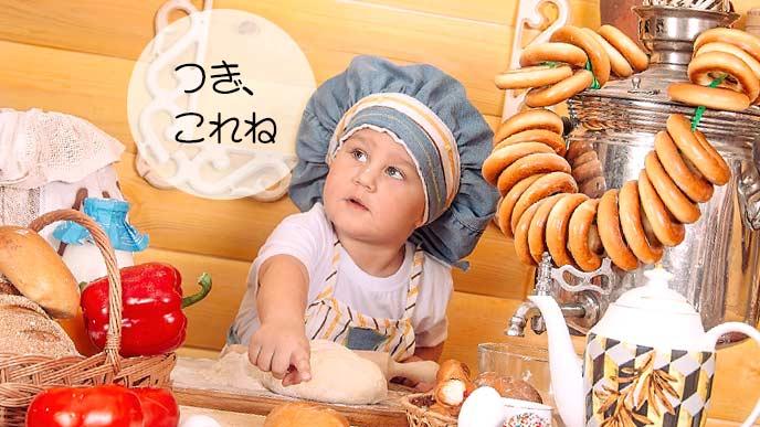 料理を作ろうとしている赤ちゃん