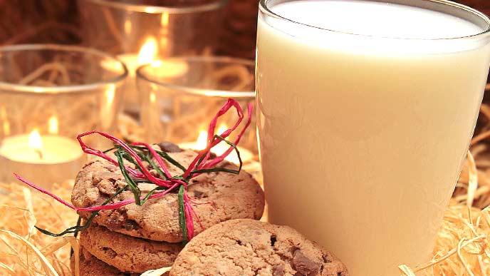 手作りクッキーとグラスに入ったミルク