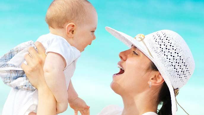 赤ちゃんを抱きかかえる母