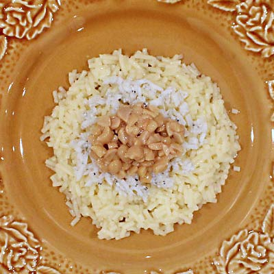 皿に盛り付けれれたパスタと納豆としらす
