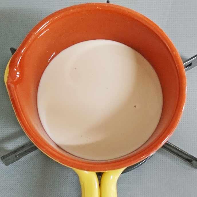 鍋で加熱される豆乳