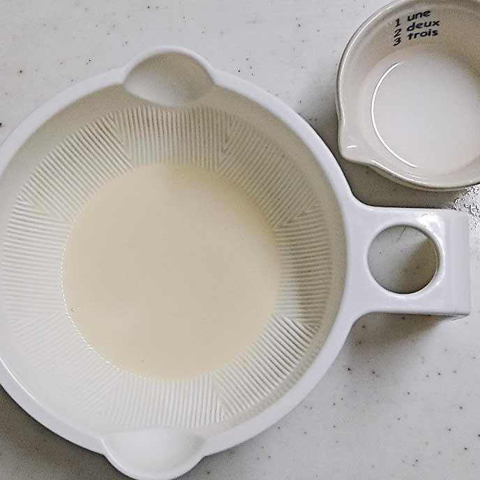 耐熱容器の中の豆乳とお皿の中の水溶き片栗粉