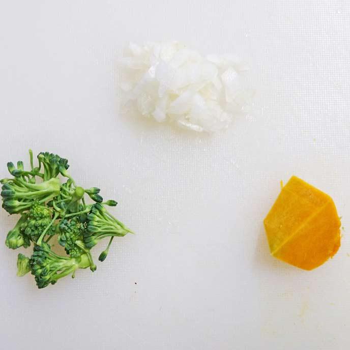 まな板の上にあるたまねぎとブロッコリーのみじん切りとカットされたかぼちゃ