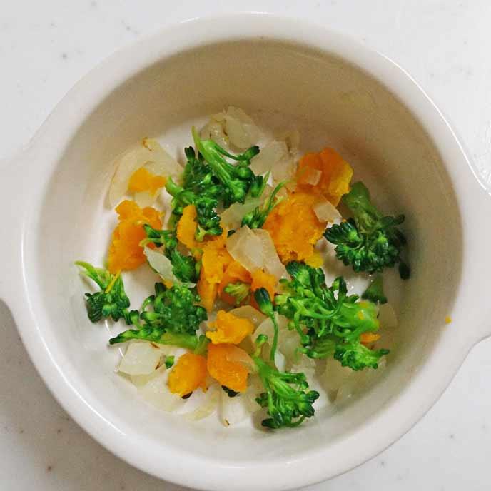皿に盛りつけられた野菜と豆乳