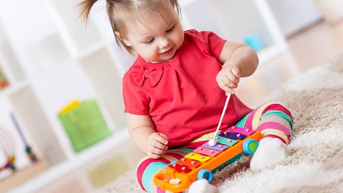 木琴を叩いて遊ぶ幼児
