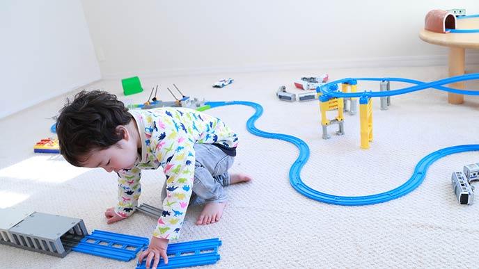 プラレールで遊ぶ幼児