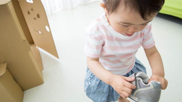 靴をいじる幼児