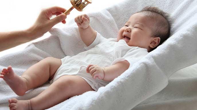 バウンサーで寝る赤ちゃん