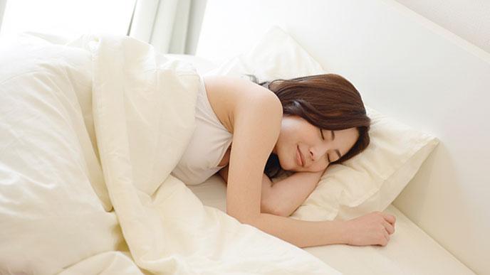 体の左側を下にして眠る女性
