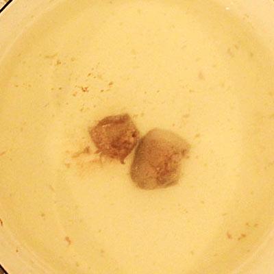 鍋の中で茹でられるレバー