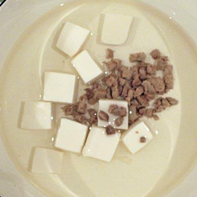 出汁の入った鍋の中にある豆腐とレバー