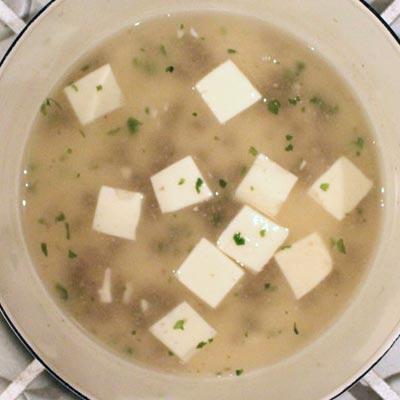 青のりを加えられた鍋の中のレバーと豆腐のとろみ煮
