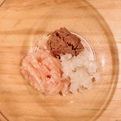 ボウルの中にあるレバーペースト、鶏ひき肉、みじん切りの玉ねぎ