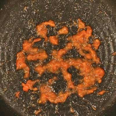 フライパンの中でソース上になったトマト