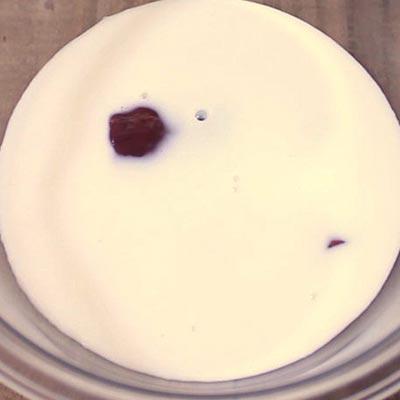 牛乳の入ったボウルの中に浸されるレバー
