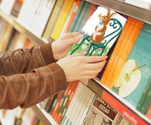 本屋で新刊の絵本を見る