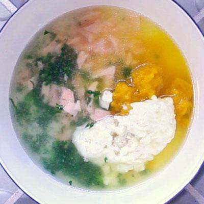 野菜スープの入った鍋の中にある鮭、かぼちゃ、小松菜、クリームソース@