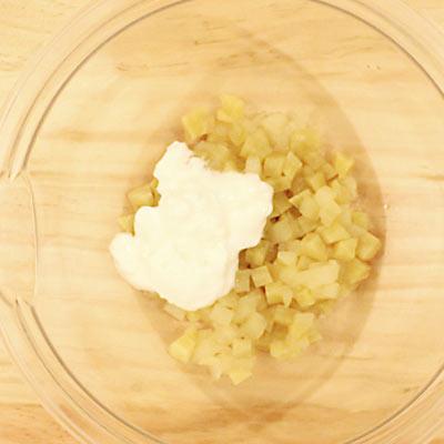 ボウルの中のりんごとさつまいもの角切りにヨーグルトを混ぜる@