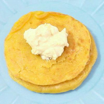 かぼちゃのヨーグルトクリームをトッピングしたケーキ@