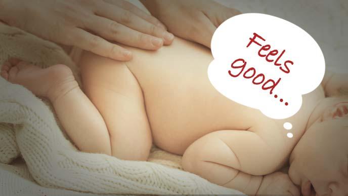 赤ちゃんの背中をマッサージ
