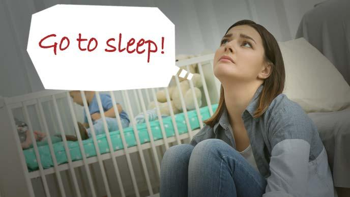 夜目が冴えた赤ちゃんと眠り込んでしまったお母さん
