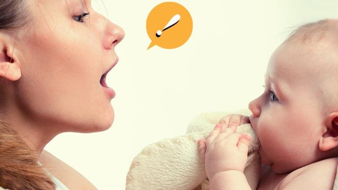 シートを口に咥えた赤ちゃんに驚く母親