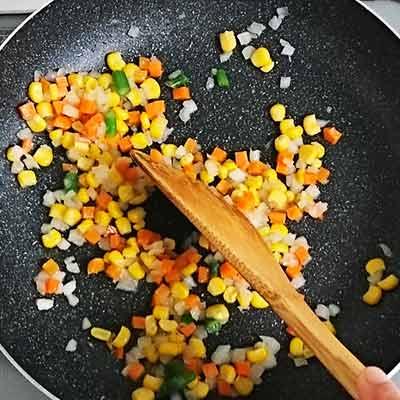 フライパンで炒められるミックスベジタブル