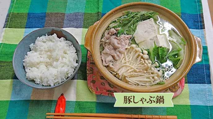 盛り付けられたご飯と豚しゃぶ鍋