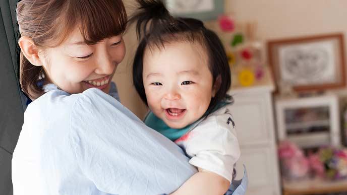 赤ちゃんを抱っこして部屋を回る母親