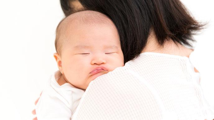 母親に抱っこされて眠る赤ちゃん
