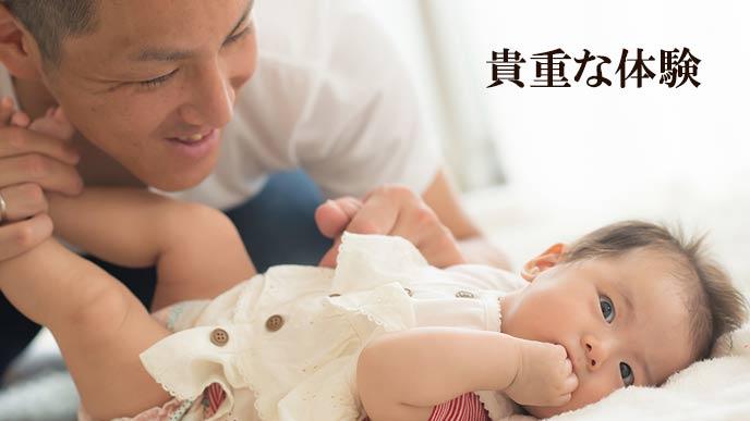 赤ちゃんのオムツを替えるお父さん