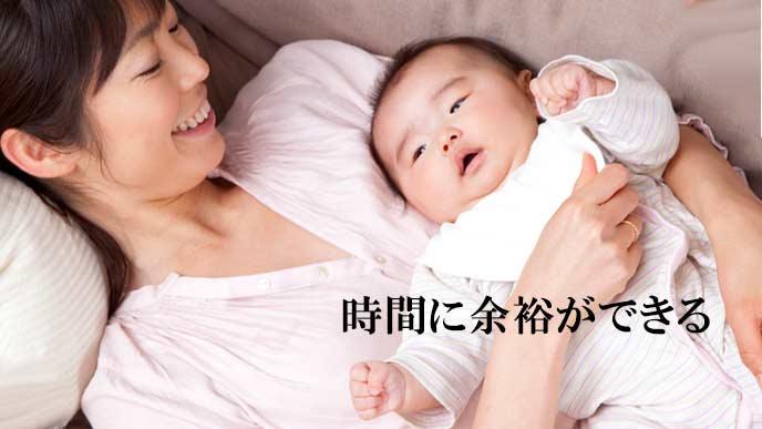 赤ちゃんを抱いてあやす母親