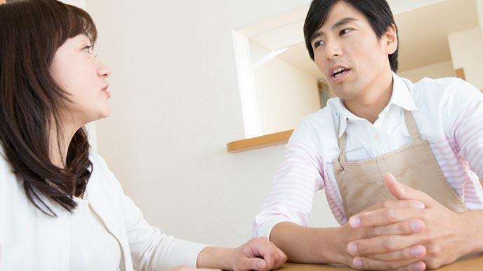 夫と家事分担の相談をする主婦