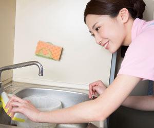 台所を磨くヘルパーの女性